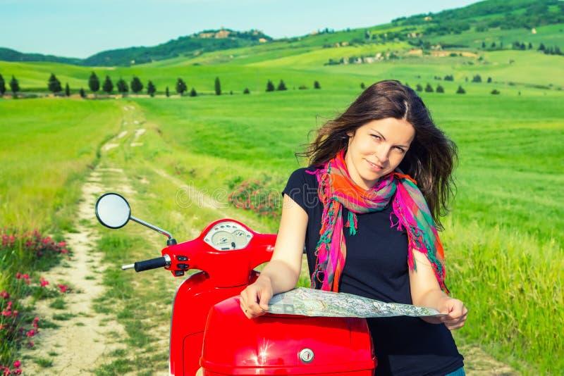 Молодая женщина путешествуя самокатом стоковое фото