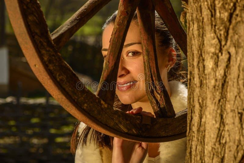 Download Молодая женщина рядом с традиционным колодцем Стоковое Изображение - изображение насчитывающей девушка, green: 40579453