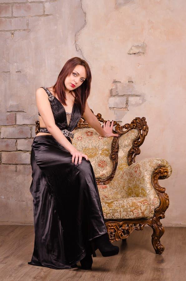 Молодая женщина сидя на руке стоковое изображение