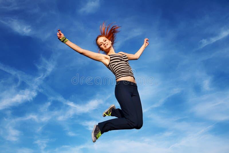 Download Молодая женщина скача дальше под открытым небом Стоковое Изображение - изображение насчитывающей муха, наслаждение: 33730893