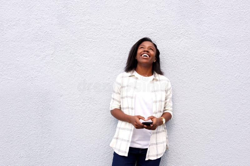 Молодая женщина смеясь над heartily стоковое изображение