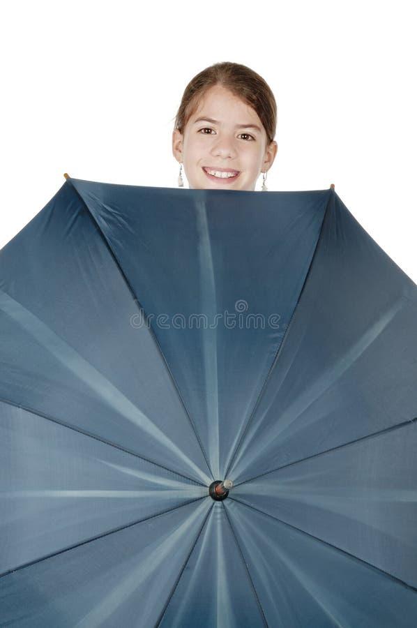 Молодая женщина смотря вне от зонтика стоковые фотографии rf