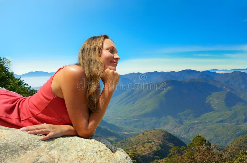 Download Молодая женщина смотря горы на краю скалы Стоковое Изображение - изображение насчитывающей пик, отдых: 37927381