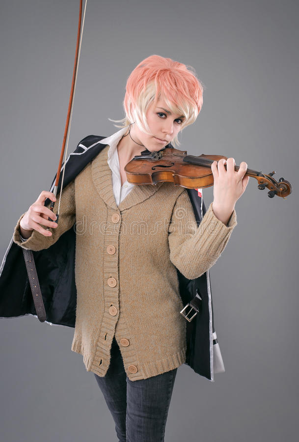 Молодая женщина совершителя играя скрипку стоковые фотографии rf