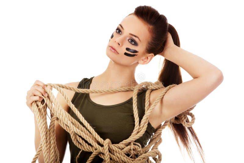 Молодая женщина солдата держа веревочку стоковая фотография rf
