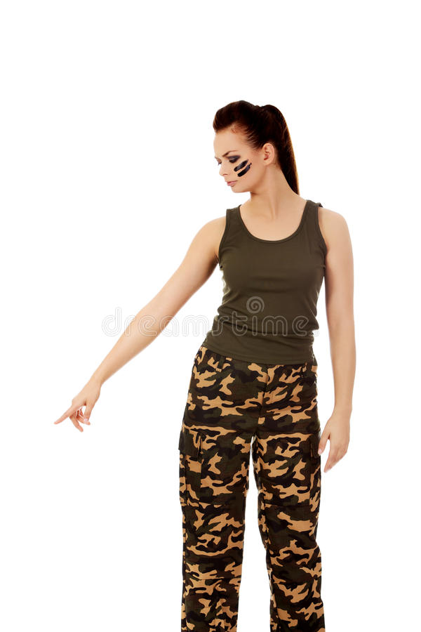 Молодая женщина солдата указывая для что-то стоковые изображения rf