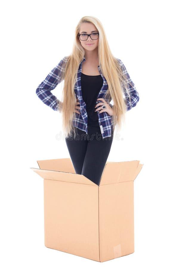 Молодая женщина стоя в картонной коробке изолированной на белизне стоковое фото rf