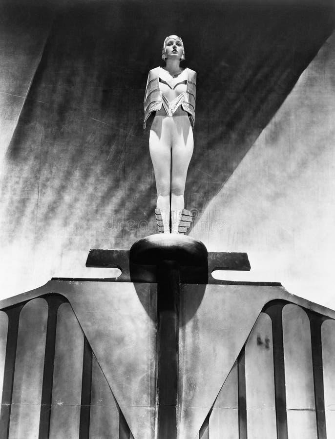 Молодая женщина стоя как статуя (все показанные люди более длинные живущие и никакое имущество не существует Гарантии поставщика  стоковые фотографии rf