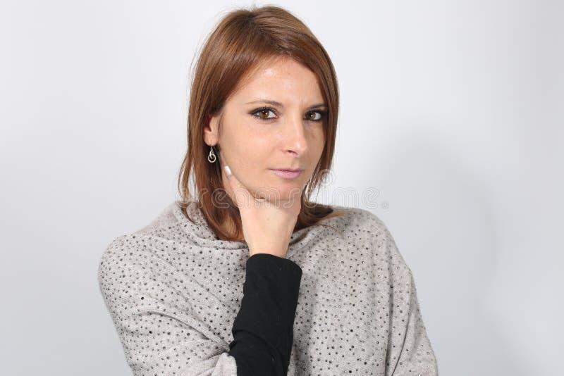 Молодая женщина страдая от боли в горле стоковое изображение rf