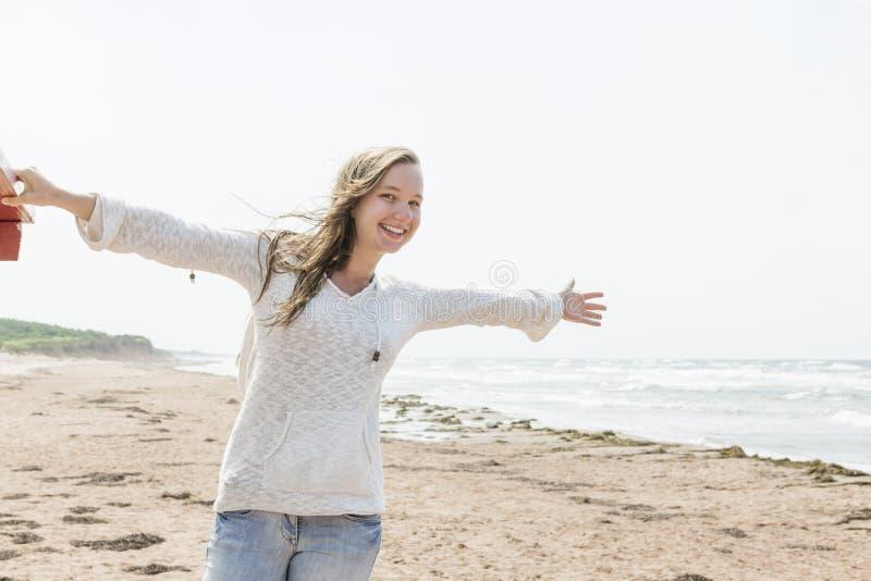 Молодая женщина счастливая на пляже стоковое изображение rf