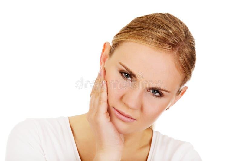 Молодая женщина с болью зуба стоковая фотография
