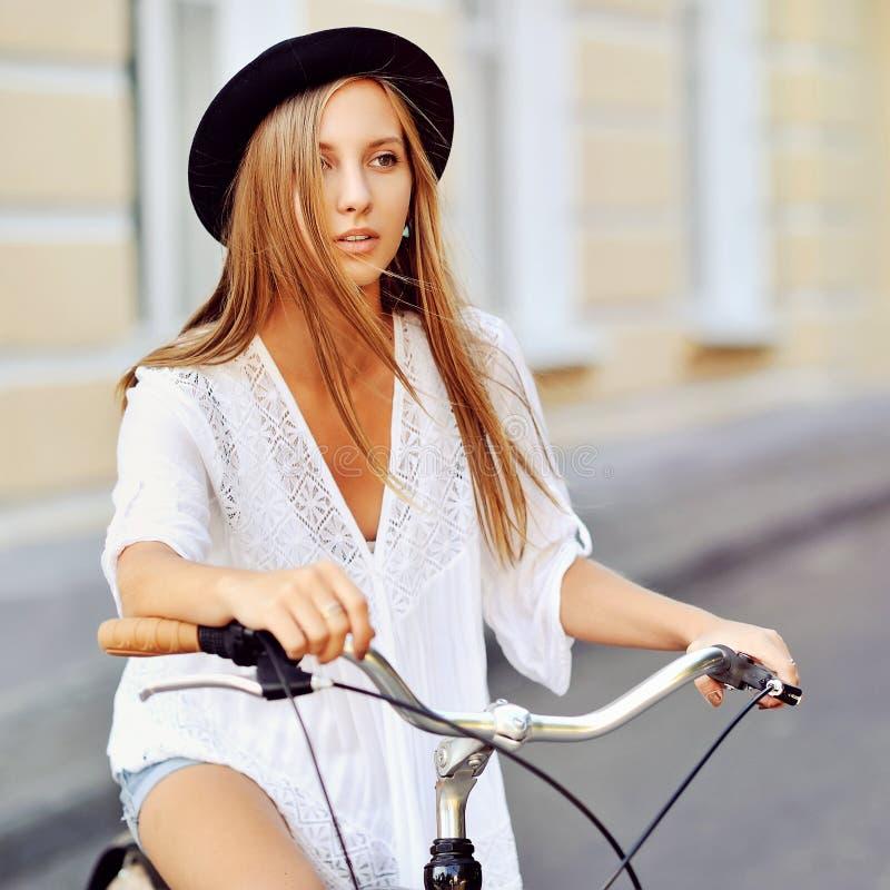 Молодая женщина с винтажным велосипедом стоковые фото