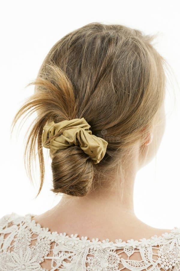 Молодая женщина с вскользь грязным hairdo плюшки стоковое фото rf