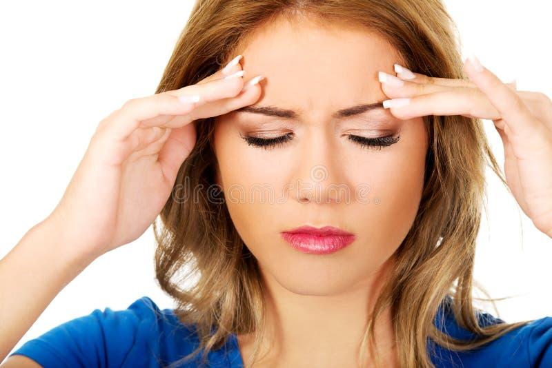 Молодая женщина с головной болью стоковые фото