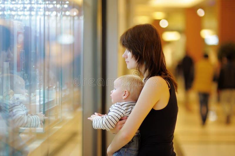 Молодая женщина с ее маленьким младенцем стоковая фотография