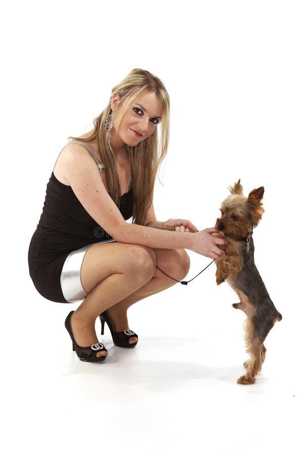 Молодая женщина с ее собакой в студии стоковые фото