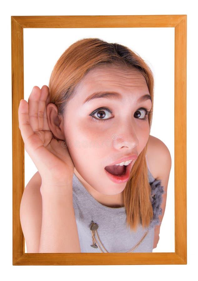 Молодая женщина с картинной рамкой на белизне стоковое изображение