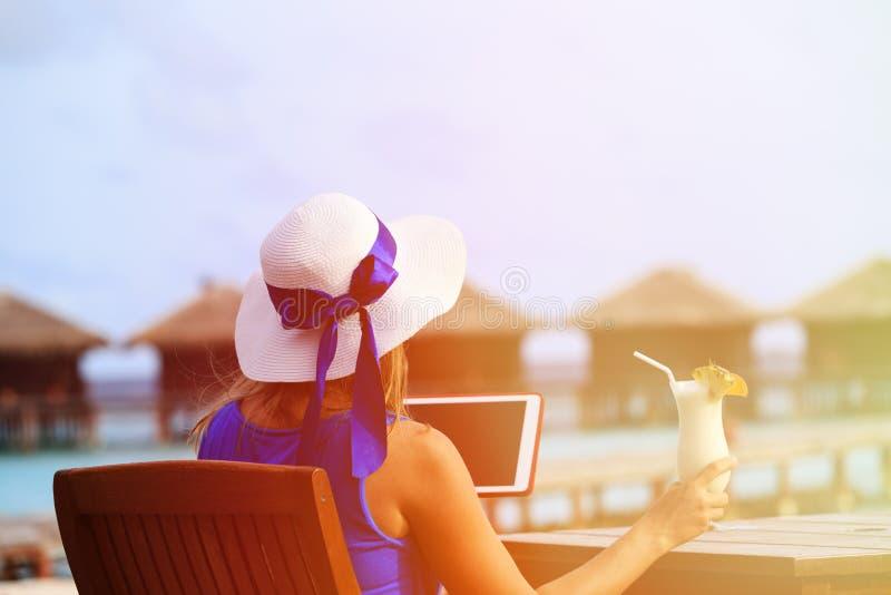 Молодая женщина с коктеилем и сенсорной панелью на роскоши стоковые фотографии rf