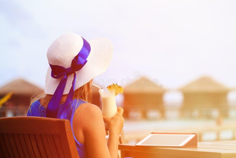 Молодая женщина с коктеилем и сенсорной панелью на роскоши стоковое фото