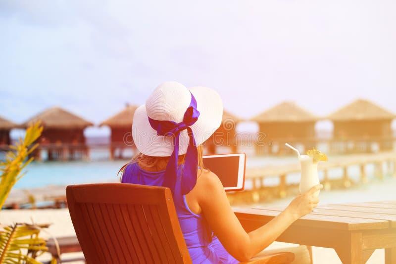 Молодая женщина с коктеилем и сенсорной панелью на роскоши стоковое изображение