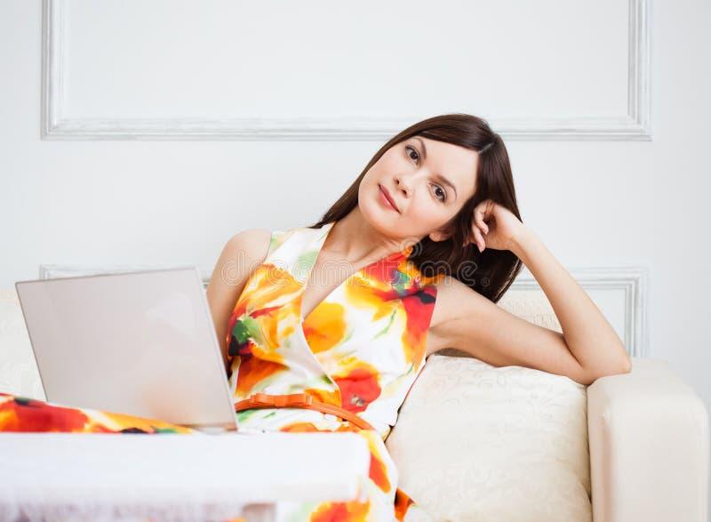 Молодая женщина с компьтер-книжкой стоковые фото