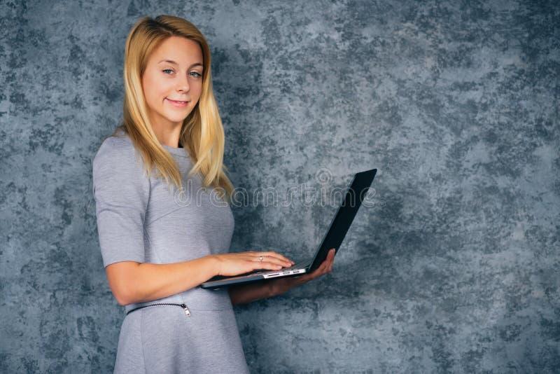 Молодая женщина с компьтер-книжкой стоковые изображения rf