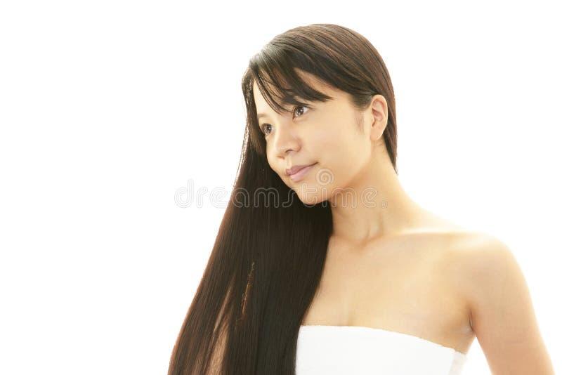 Download Молодая женщина с красивыми волосами Стоковое Изображение - изображение насчитывающей клиника, счастье: 37928235