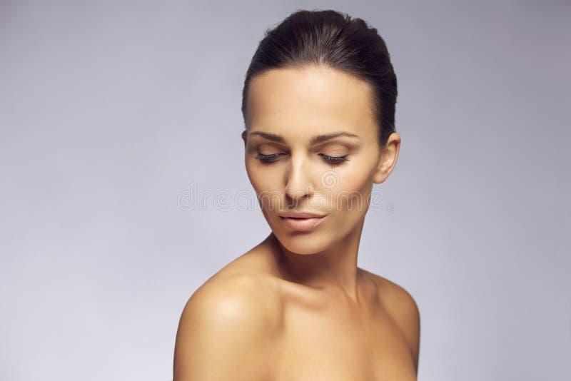 Молодая женщина с красивыми плечами стоковые фотографии rf