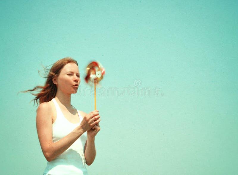 Молодая женщина с красочным pinwheel стоковая фотография rf