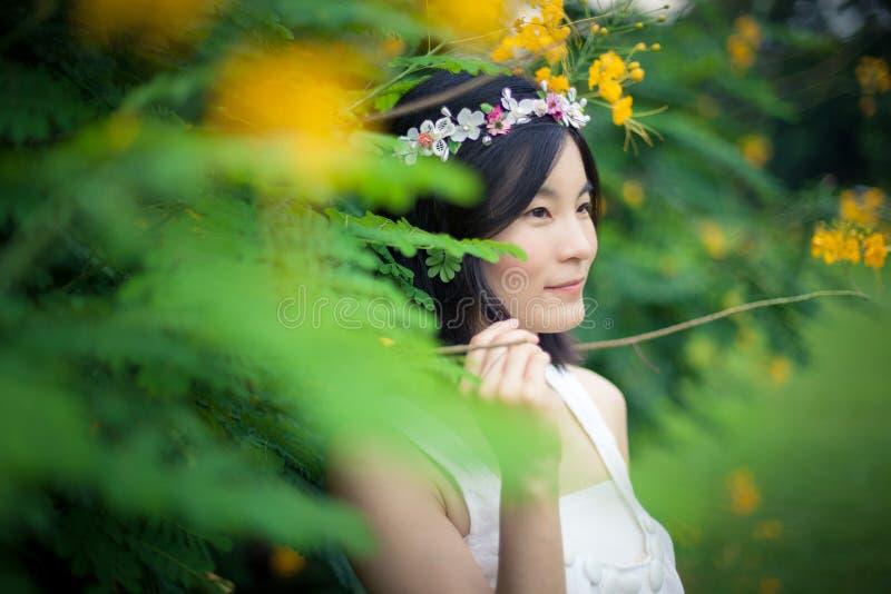 Молодая женщина с кроной цветков стоковые фотографии rf
