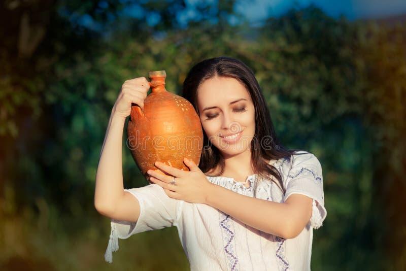 Молодая женщина с кувшином глины стоковое изображение rf