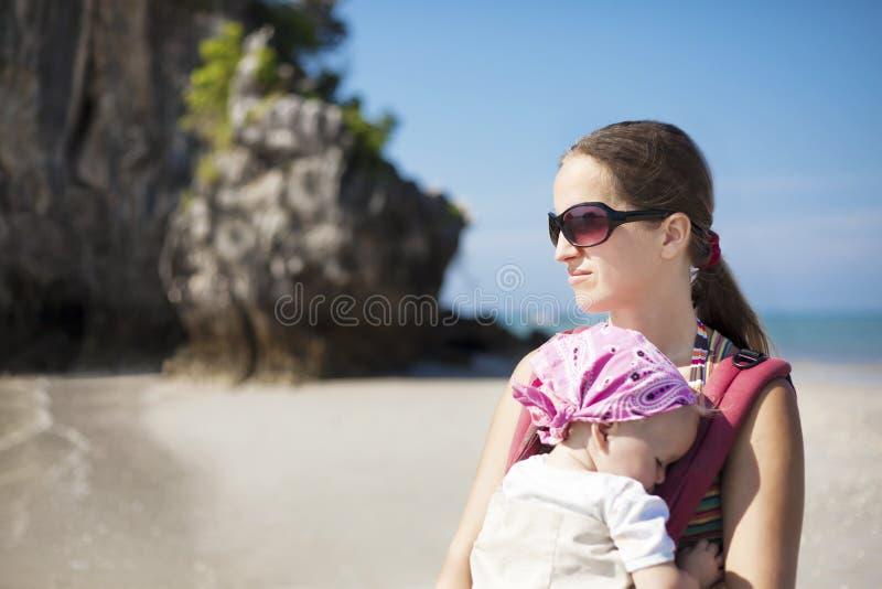 Молодая женщина с младенцем стоковые изображения rf