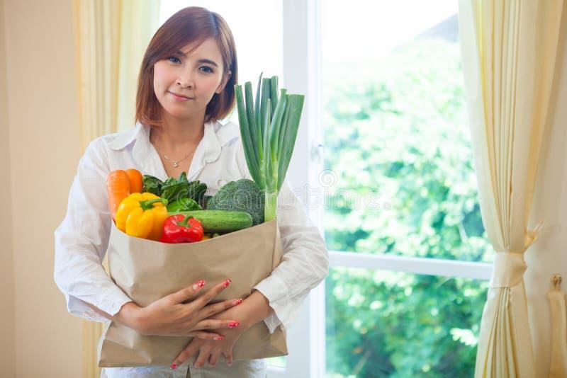 Download Молодая женщина с овощами в хозяйственной сумке Стоковое Фото - изображение насчитывающей счастливо, красивейшее: 40582650