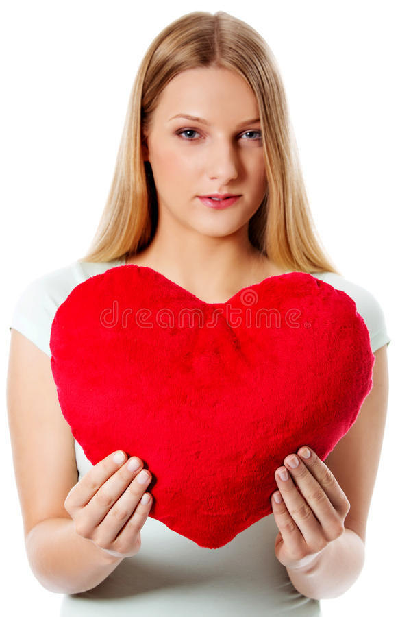 Молодая женщина с подушкой в ее руках - концепцией сердца дня валентинок стоковая фотография rf