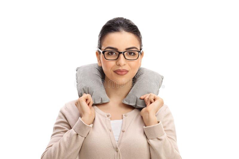 Молодая женщина с подушкой шеи стоковые изображения rf