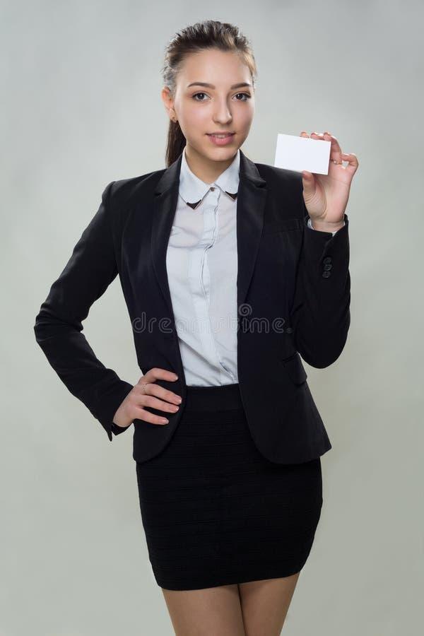Молодая женщина с пустой визитной карточкой стоковое фото