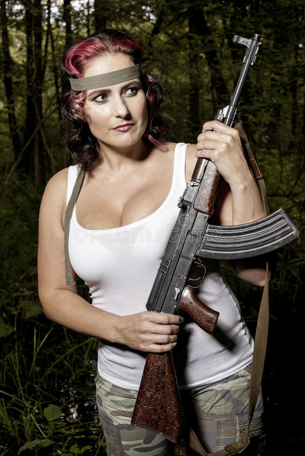 Молодая женщина с пушкой стоковое изображение