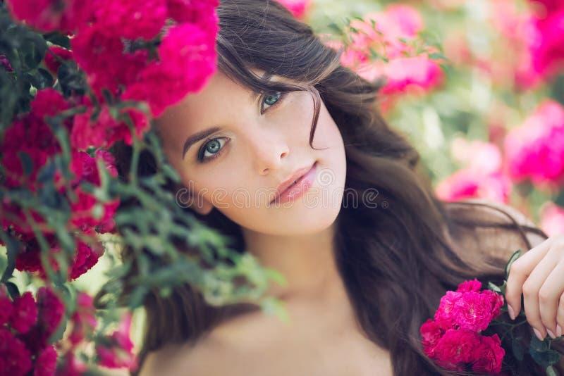 Молодая женщина с розовым цветком Внешняя съемка лета стоковое фото rf