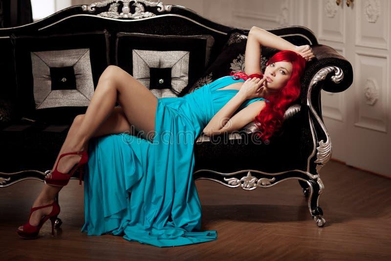 Молодая женщина с роскошными длинными красивыми красными волосами в сини fas стоковые изображения rf