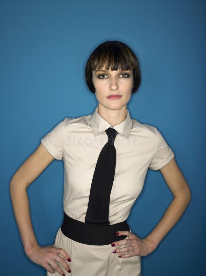 Молодая женщина с руками на бедрах стоковые фотографии rf
