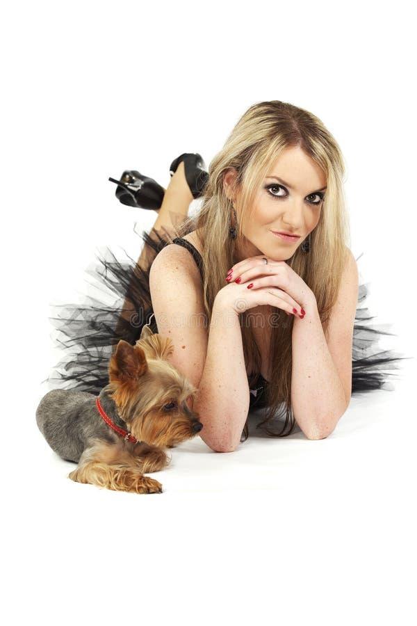 Молодая женщина с собакой в портрете студии стоковая фотография rf