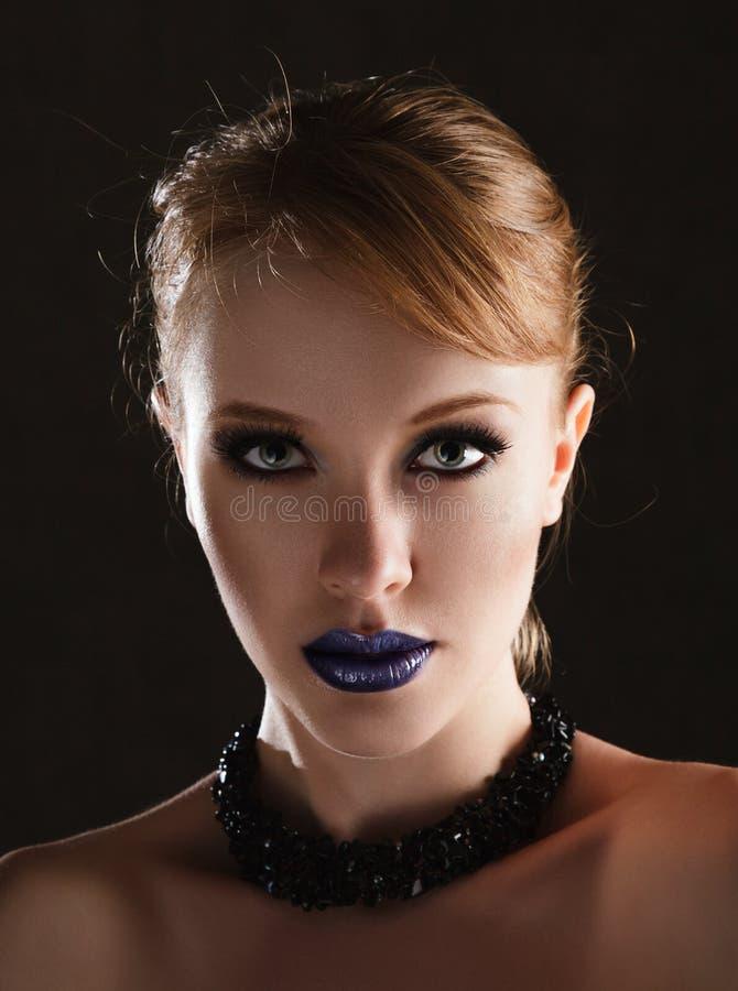 Молодая женщина с творческим составом стоковые фото