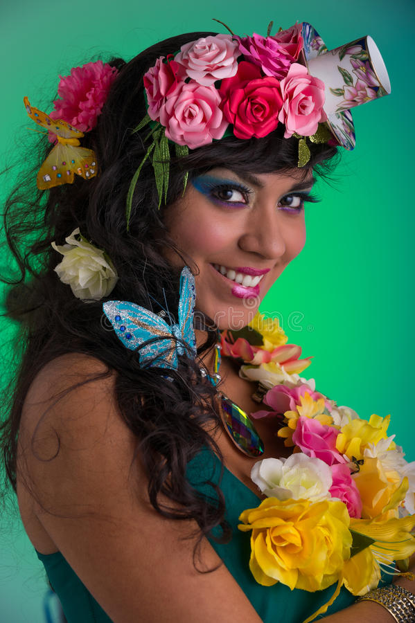 Молодая женщина с флористическим париком стоковое фото rf