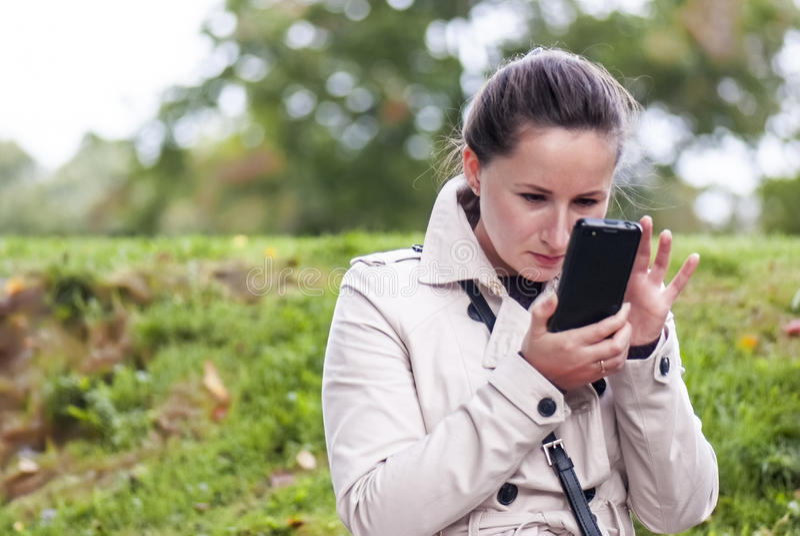 Молодая женщина с Smartphone стоковые изображения