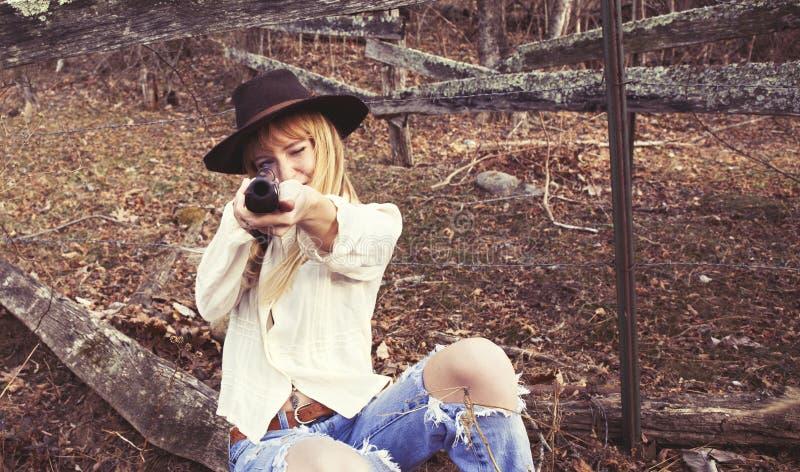 Молодая женщина указывая оружие на камеру стоковые изображения rf