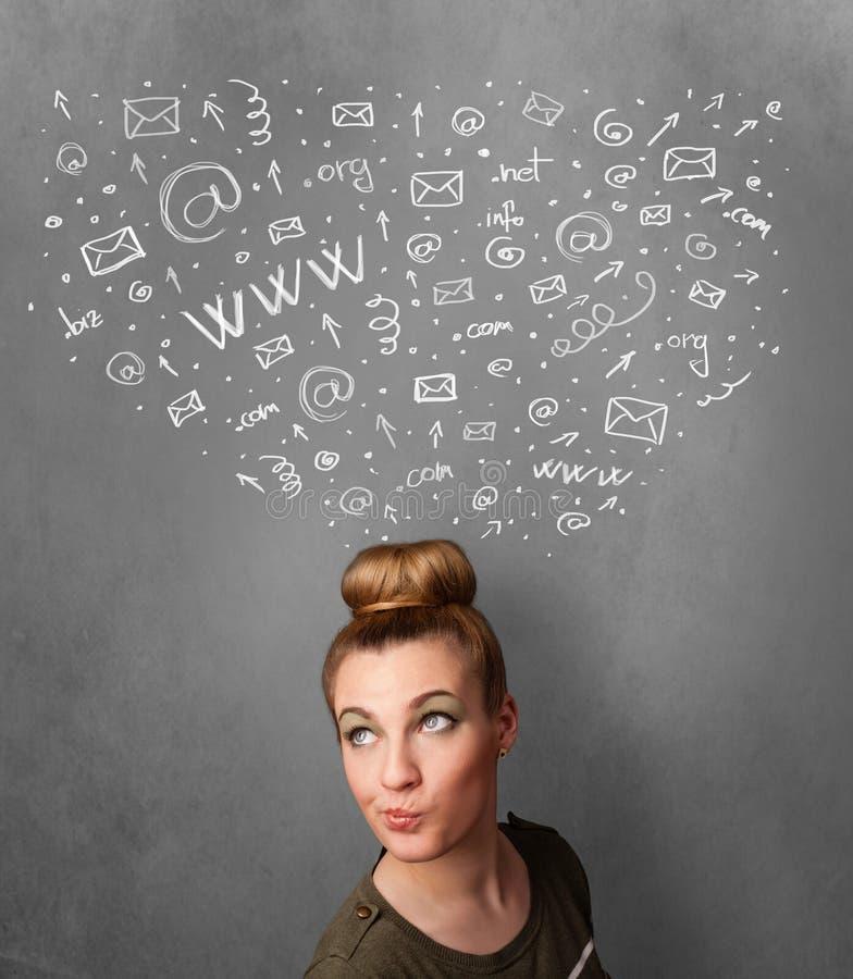Молодая женщина думая с социальными значками сети над ее головой стоковые фотографии rf