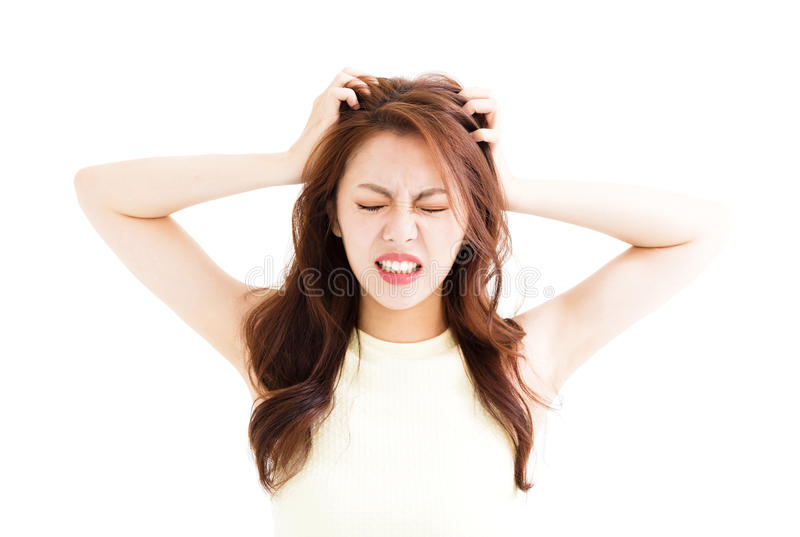 Молодая женщина усилила идти шальная и вытягивать ее волосы стоковое фото