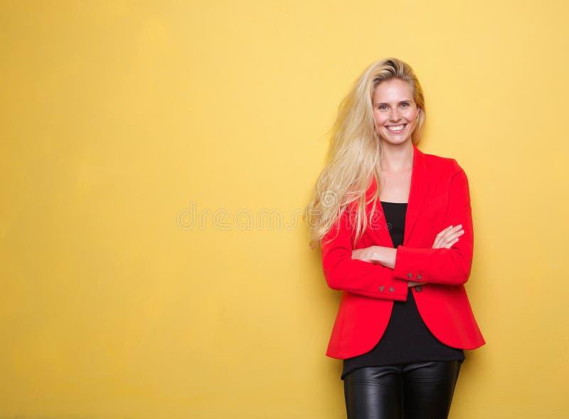 Download Молодая женщина усмехаясь в красной куртке Стоковое Изображение - изображение насчитывающей женщина, adulteration: 40582953