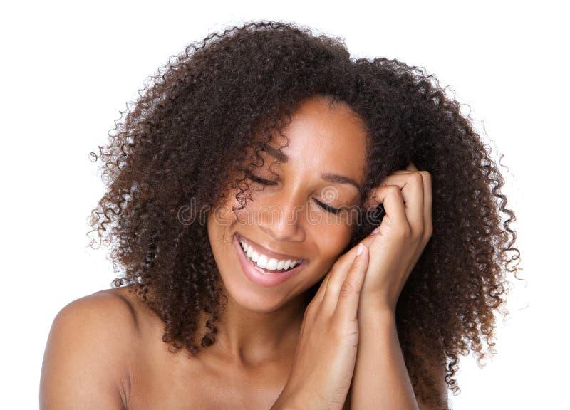 Молодая женщина усмехаясь при закрытые глаза стоковые фотографии rf