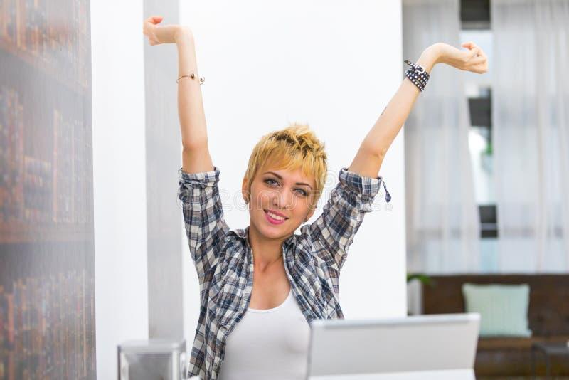 Молодая женщина усмехаясь с протягиванными оружиями стоковые фотографии rf
